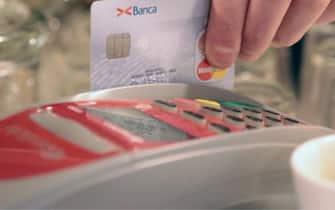 Una carta di credito mentre effettua un pagamento