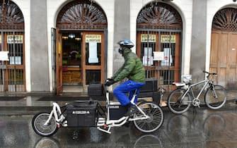 Consegna spesa a domicilio mercato alimentare, Torino, 20 aprile 2020 ANSA/ ALESSANDRO DI MARCO
