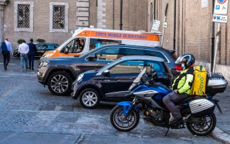 An ambulance and a delivery rider are parked near Argentina square during the COVID-19 Coronavirus emergency Phase 2 in Rome, Italy, 08 May 2020. The Italian government is gradually lifting the lockdown restrictions that were implemented to stem the widespread of the Sars-Cov-2 coronavirus causing the COVID-19 disease.  ANSA/LUCIANO DEL CASTILLO