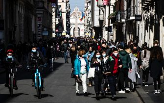 People stroll in Via del Corso street on Sunday morning during the Coronavirus Covid-19 pandemic emergency in Rome, Italy, 21 February 2021. ANSA/ANGELO CARCONI
