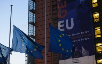 (201104) -- BRUSSELS, Nov. 4, 2020 (Xinhua) -- The EU flags fly at half-mast outside the European Commission headquarters to pay tribute to the victims of the attacks in France and Austria, in Brussels, Belgium, Nov. 3, 2020. (Xinhua/Zheng Huansong) - Zheng Huansong -//CHINENOUVELLE_12227/2011040841/Credit:CHINE NOUVELLE/SIPA/2011040844