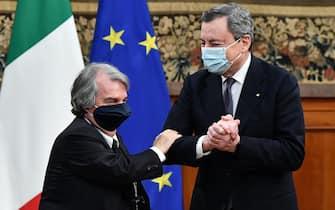 Il presidente del Consiglio, Mario Draghi, e il ministro per la Pubblica Amministrazione, Renato Brunetta (S), durante la firma del ''Patto per l'innovazione del lavoro pubblico e la coesione social'', a palazzo Chigi, Roma, 10 marzo 2021.   ANSA/ETTORE FERRARI