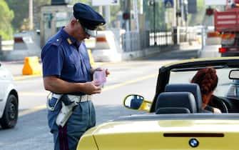 Un poliziotto controlla la patente di un autista