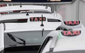 Taxi in fila all'aeroporto di Linate, 10 febbraio 2021.Per tutto il 2021, grazie ad un contributo di Regione Lombardia, tassisti, Ncc e noleggiatori di autobus lombardi saranno esentati dal pagamento dalla tassa automobilistica. ANSA/DANIEL DAL ZENNARO