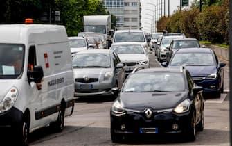 Traffico intenso e auto i coda tra Porta Venezia e Corso Buenos Aires, Milano, 19 maggio 2020. ANSA/Mourad Balti Touati
