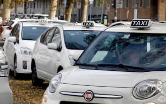 Tassisti aderiscono allo sciopero nazionale dei taxi proclamato dalle 8 alle 22 nel primo giorno dell'introduzione del nuovo Dpcm, Milano, 6 novembre 2020.ANSA/Mourad Balti Touati