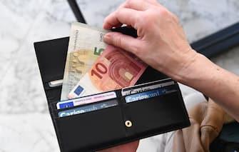 Un  portafoglio con banconote in euro, Genova  14 marzo 2018  ANSA/LUCA ZENNARO