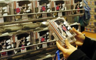 NEGOZIO DI DISCHI CD DVD MESSAGGERIE MUSICALI (MILANO - 2003-01-24, Piaggesi) p.s. la foto e' utilizzabile nel rispetto del contesto in cui e' stata scattata, e senza intento diffamatorio del decoro delle persone rappresentate