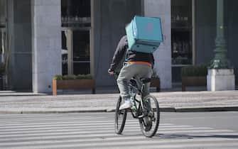 Nonostante la città sia in lockdown piu che mai i Riders  negli orari dei pasti invadono le vie cittadine con le loro biciclette per la consegna di cibo a domicilio.