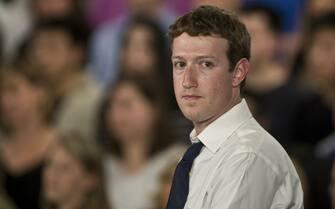 Show di Obama su Facebook, Zuckerberg fa da moderatore. Il Presidente Barack Obama ha risposto in diretta dal quartier generale di Facebook, a Palo Alto, ad alcune domande per lanciare la sua nuova campagna presidenziale. Ad introdurlo, il CEO del social network (e suo amico personale) Mark Zuckerberg. Nella foto Mark Zuckerberg