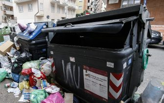 Cassonetti pieni di rifiuti a Roma
