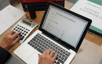 Milano - Con il nuovo anno inizia l'obbligo di fare la fattura elettronica