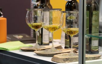 tre bicchieri di vino su un bancone