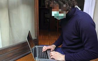 Un lavoratore autonomo mentre lavora al pc in smart working