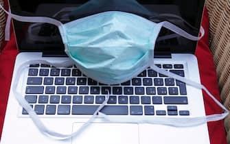 Europa,  Italia,Milano - Emergenza n-cov19 Coronavirus  - Uomo di 40 anni in quarantena con mascherina lavora da casa - Smart working per lavoratori