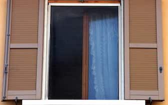 ZANZARIERE ALLE FINESTRE DI VIA CORNAGLIA (MILANO - 2004-03-29, Nanni Fontana) p.s. la foto e' utilizzabile nel rispetto del contesto in cui e' stata scattata, e senza intento diffamatorio del decoro delle persone rappresentate