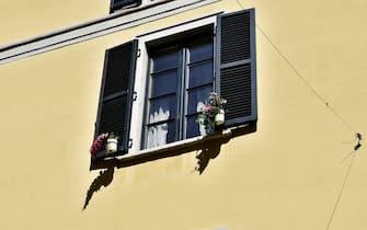 Milano, Balconi e Finestre con fiori e piante ai tempi del coronavirus (Milano - 2020-04-17, Duilio Piaggesi) p.s. la foto e' utilizzabile nel rispetto del contesto in cui e' stata scattata, e senza intento diffamatorio del decoro delle persone rappresentate
