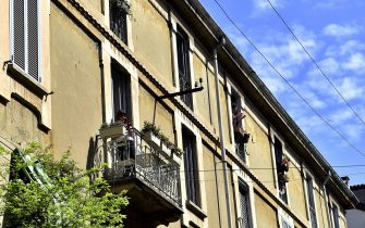 Milano, Flash mob per il 25 di aprile, le persone cantano dei balconi, finestre Bella Ciao (Milano - 2020-04-25, Duilio Piaggesi) p.s. la foto e' utilizzabile nel rispetto del contesto in cui e' stata scattata, e senza intento diffamatorio del decoro delle persone rappresentate