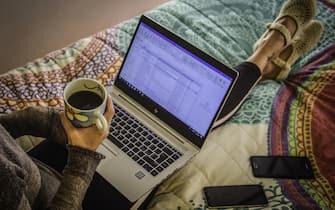 Una donna lavora in smart working con il pc