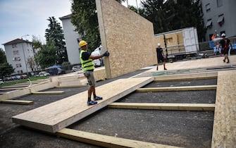 Gli operai al lavoro per la ostruzione dei nuovi moduli per le aule temporanee per ospitare gli alunni dell'istituto Console Marcello a Milano 11 Settembre 2020.  Ansa/Matteo Corner