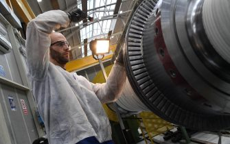 Un operaio al lavoro su parti di una turbina nella fabbrica Ansaldo Energia di Genova, 13 marzo 2018. ANSA/LUCA ZENNARO