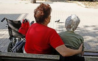 20090831 - ROMA - BADANTI.Badanti ucraine mentre accudiscono anziane signore nei giardinetti.ALESSANDRO DI MEO