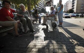 20090831 - ROMA - BADANTI.Badanti ucraine mentre accudiscono degli anziani nei giardinetti.ALESSANDRO DI MEO