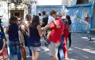 """L'esterno della scuola primaria Mazzini di Genova Castelletto dove ieri, primo giorno di scuola, i bambini di alcune classi hanno scritto in ginocchio perché senza banchi"""", Genova, 15 settembre 2020. ANSA/LUCA ZENNARO"""