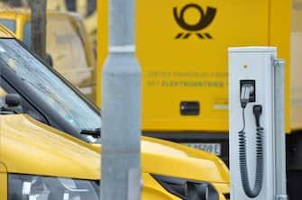 Una colonnina gialla per la ricarica dell'auto elettrica
