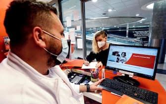 Primo giorno per le persone aventi diritto per la richiesta del Bonus Pc e Tablet presso i punti vendita degli operatori telefonici a Milano, 9 novembre 2020.ANSA/Mourad Balti Touati