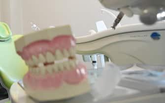 Il lettino di uno studio dentistico a San Donato Milanese, in provincia di Milano