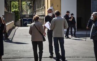 Anziani all ingresso del centro vaccinale del Pio Albergo Trivulzio, Milano, 6 Aprile 2021.  Ansa/Matteo Corner
