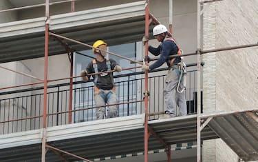 ristrutturazioni operai lavoro cantieri ansa