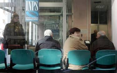 Anziani in attesa in un ufficio Inps di Napoli in una foto d'archivio. ANSA / CIRO FUSCO