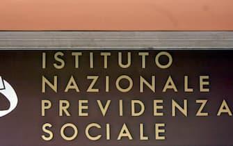 La scritta Inps - istituto Nazionale Previdenza Sociale in un ufficio di Roma, in una foto d'archivio. ANSA / FILIPPO MONTEFORTE