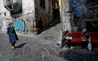 Alcuni anziani per strada