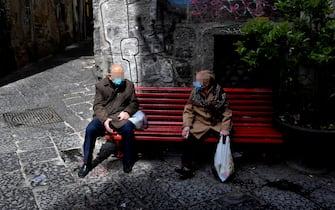 Alcuni anziani nelle vie di una città