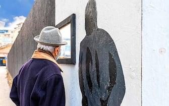 """Postazioni, con tanto di finestre, per consentire ai pensionati di seguire i lavori all'interno dei cantieri. L'iniziativa, lanciata a Pescara in questi giorni, sta già diventando virale sui social. L'obiettivo non è solo quello di far sì che i pensionati si avvicinino ai cantieri in assoluta sicurezza, ma anche e soprattutto quello di valorizzare gli anziani, in questo momento spesso soli a causa dell'emergenza sanitaria. Al centro del progetto c'è la figura dell'""""Umarell"""" - espressione bolognese che indica 'omarello, ometto' resa celebre dallo scrittore Danilo Masotti - che entra nell'edizione 2021 del vocabolario Zingarelli e che definisce proprio il """"pensionato che si aggira, per lo più con le mani dietro la schiena, presso i cantieri di lavoro, controllando, facendo domande, dando suggerimenti o criticando le attività che vi si svolgono"""". ANSA"""