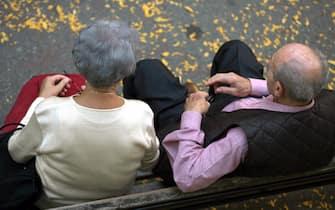 Una coppia di anziani in un parco in una foto d'archivio. ANSA / FRANCO SILVI