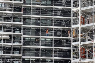 Operai al lavoro nel cantiere edile nella zona Porta Nuova a Milano. I quartieri Repubblica, Isola e Brera sono stati collegati con la posa di una passerella ciclopedonale che passa sopra via Melchiorre Gioia, 02 maggio 2013 a Milano. MATTEO BAZZI / ANSA