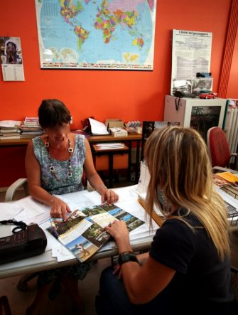 Una cliente e un'impiegata in un'agenzia di viaggi a Milano