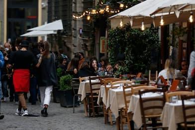 Covid Roma, 60 casi. Primo weekend zona bianca: piazze a numero chiuso