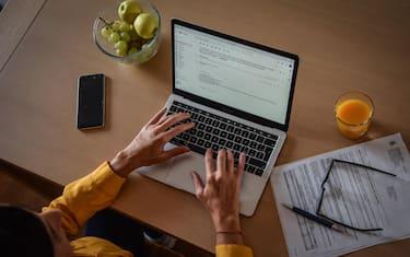 Smartworking in soggiorno- Donna lavora da casa con il computer in smartworking  -  Milano 20 ottobre 2020  Ansa/Matteo Corner