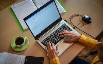 Smartworking in cucina - Donna lavora da casa con il computer in smartworking  -  Milano 20 ottobre 2020  Ansa/Matteo Corner