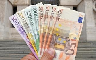 Euro , soldi banconote - inflazione e dìcrollo della borsa