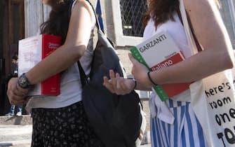 Maturandi aspettano di sostenere la prima prova dell'esame di maturità all'esterno di un liceo a Roma