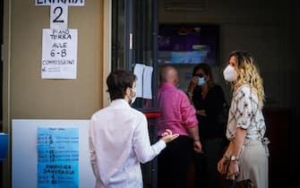 L'attesa di studenti e professori davanti a un liceo di Napoli per le prove della maturità