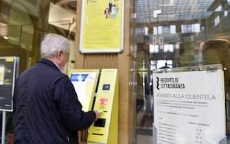 Primo giorno per fare richiesta del reddito di cittadinanza presso l'ufficio postale centrale in via Alfieri, Torino, 6 marzo 2019. ANSA/ALESSANDRO DI MARCO
