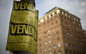 un cartello vendesi appartamento 30 aprile 2013 ANSA/MASSIMO PERCOSSI