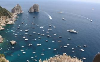 Barche davanti ai Faraglioni a Capri, 19 giugno 2021. ANSA/ GIUSEPPE CATUOGNO